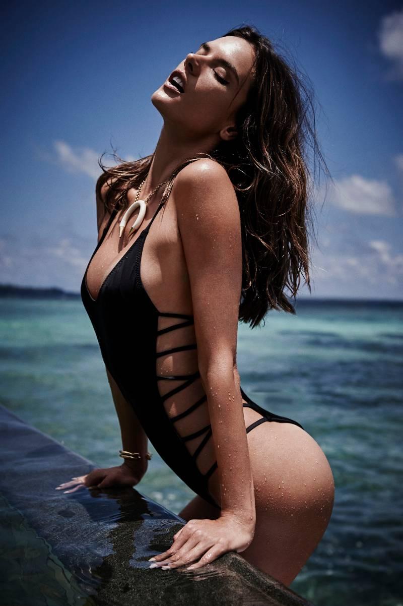 american-model-Alessandra-ambrosio-curvaceous-body-in-bikini