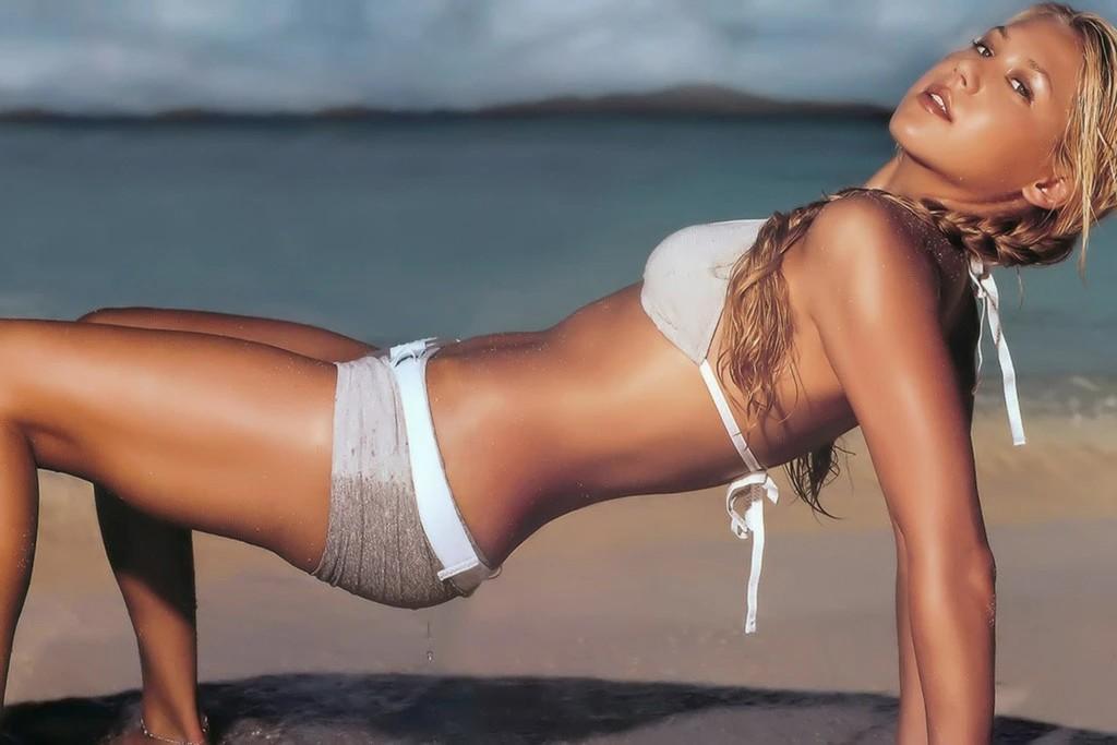 american-player-anna-kournikova-in-bikini-exposing-her-sexy-body-on-beach