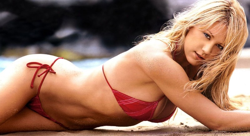 united-states-of-america-anna-kournikova-in-bikini-laying-on-beach-flaunting-her-toned-body-assets