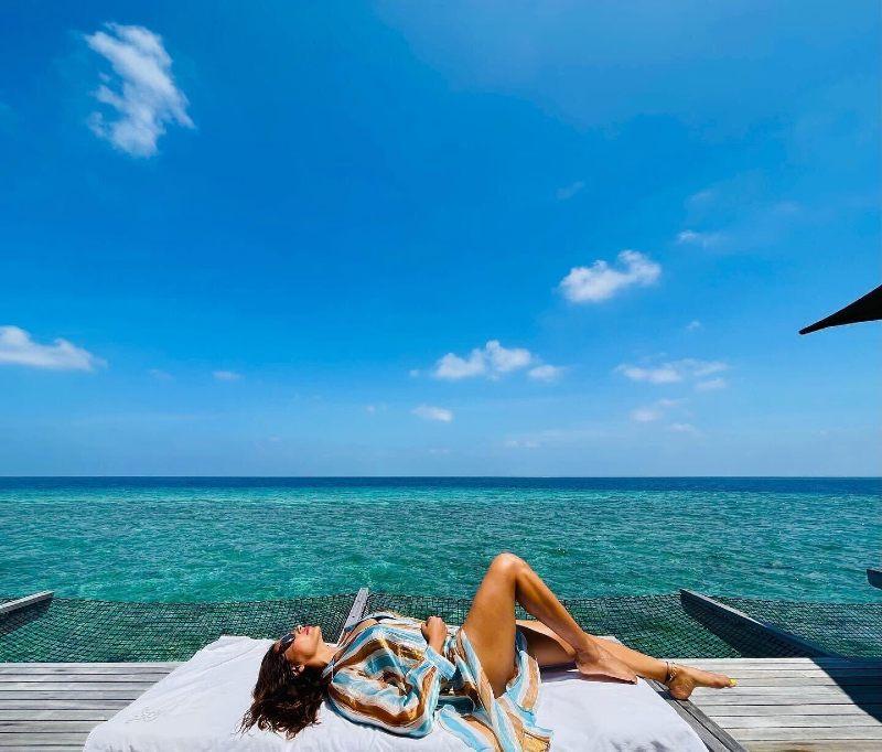 bipasha-basu-bikini-pictures-showing-her-legs-thighs-in-bikini-enjoy-holiday-in-maldives-with-her-husband-karan-grover