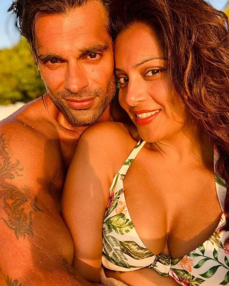 bipasha-basu-bikini-selfie-with-her-hubby-karan-grover