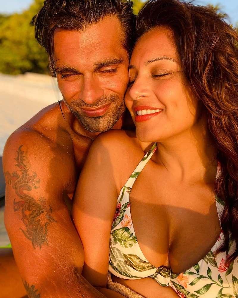 bipasha-basu-bikini-selfie-with-her-hubby-on-vacation