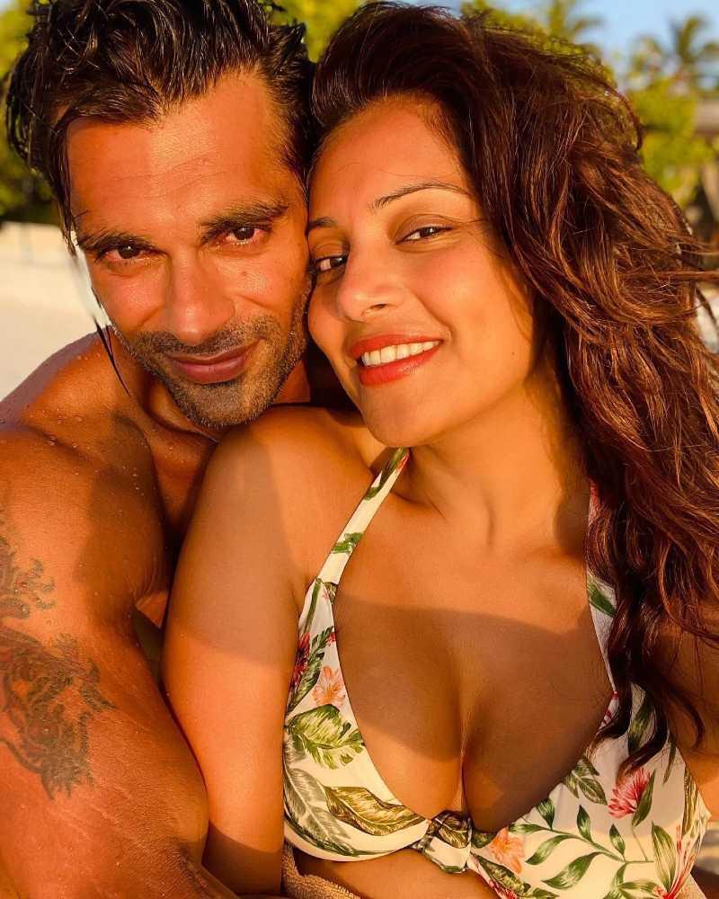bipasha-basu-bikini-selfie-with-her-hubby-shows-off-sexy-deep-cleavage