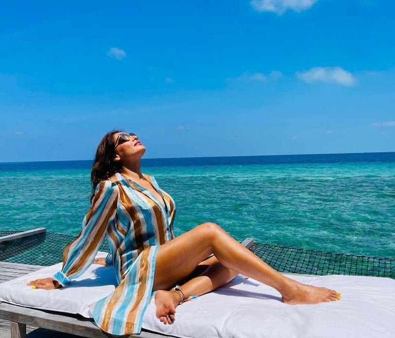 bipasha-basu-hot-bikini-pics-showing-her-sexy-toned-legs-thighs