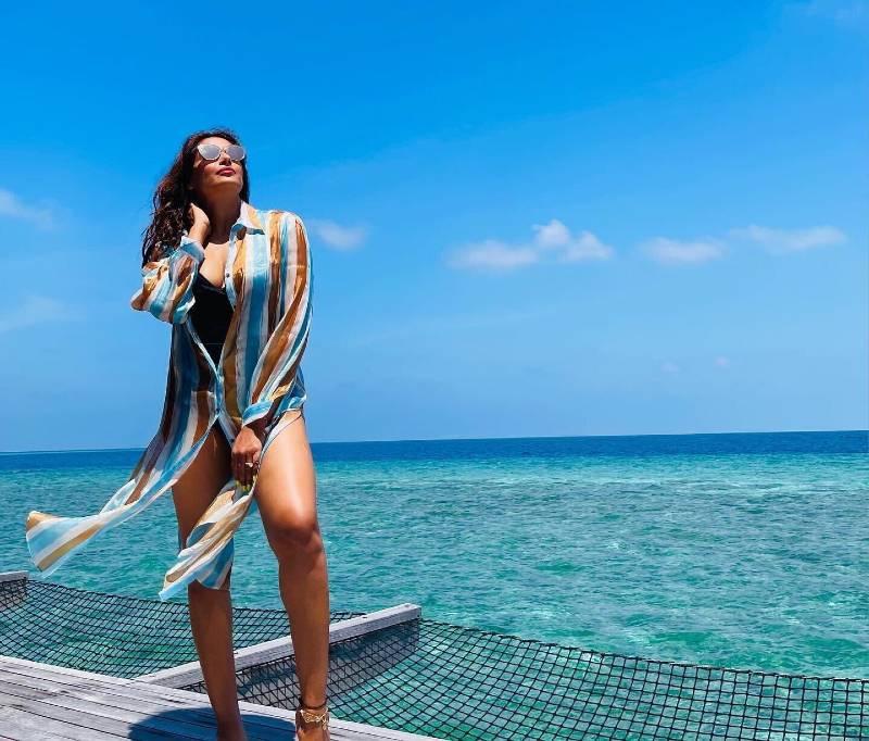 bipasha-basu-in-bikini-enjoy-holiday-in-maldives-with-her-husband-karan-grover