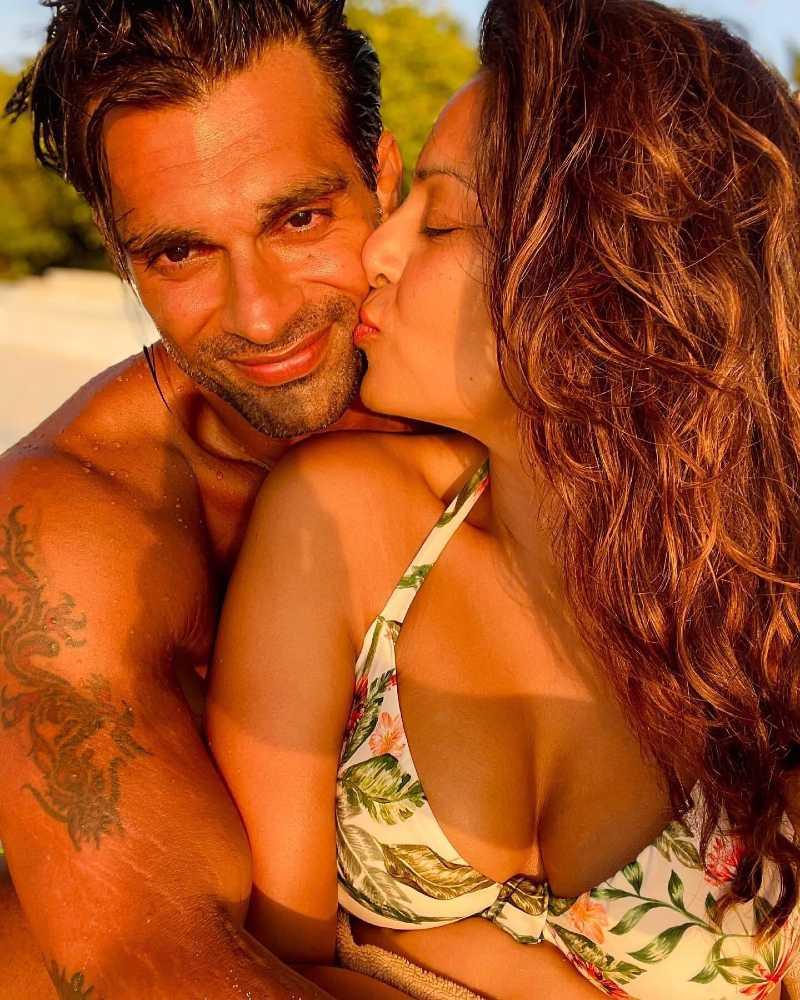bollywood-actress-bipasha-basu-bikini-selfie-while-kissing-her-hubby-on-vacation