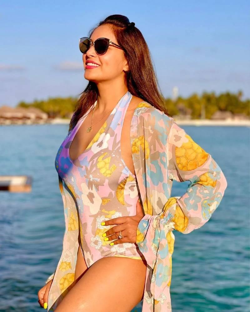 bollywood-actress-bipasha-basu-hot-body-shown-in-floral-bikini-swimsuit