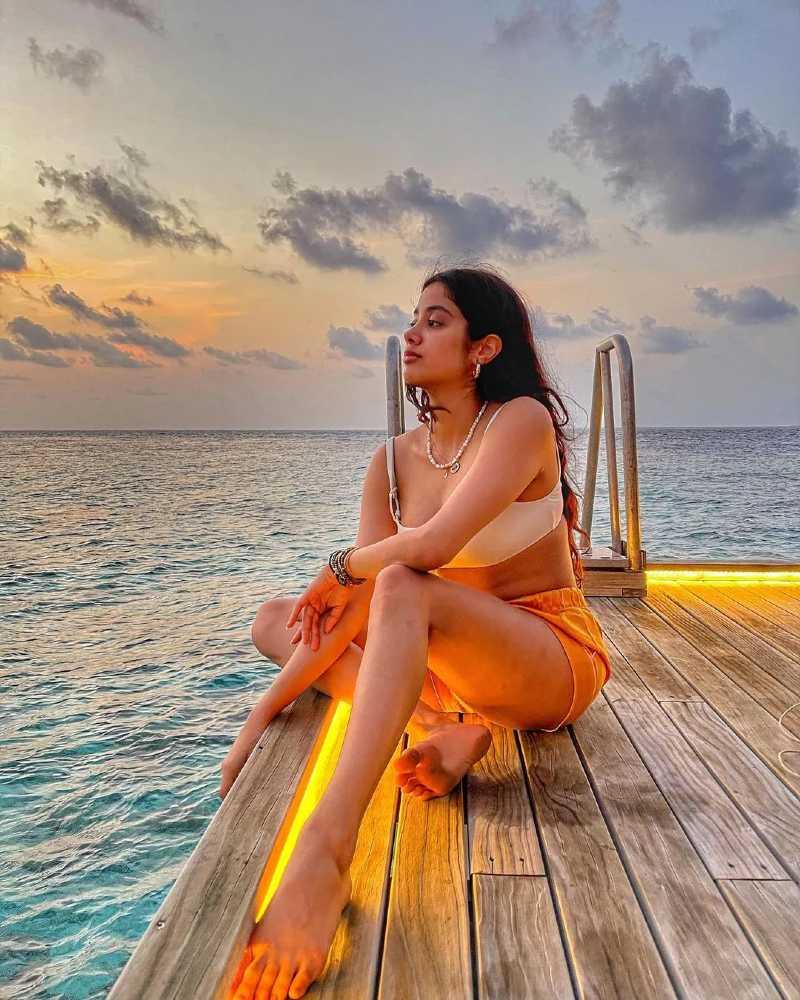 bollywood-actress-janhvi-kapoor-in-bikini-relaxing-near-beach