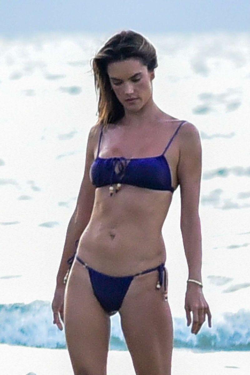 hot-model-Alessandra-Ambrosio-in-tiny-Bikini-at-beach