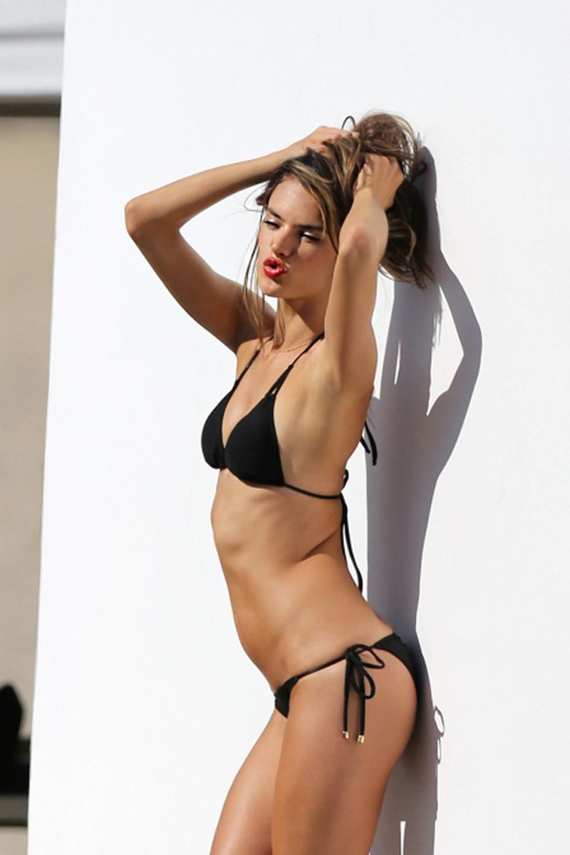 hot-model-Alessandra-ambrosio-perfect-curves-shown-in-bikini-photoshoot