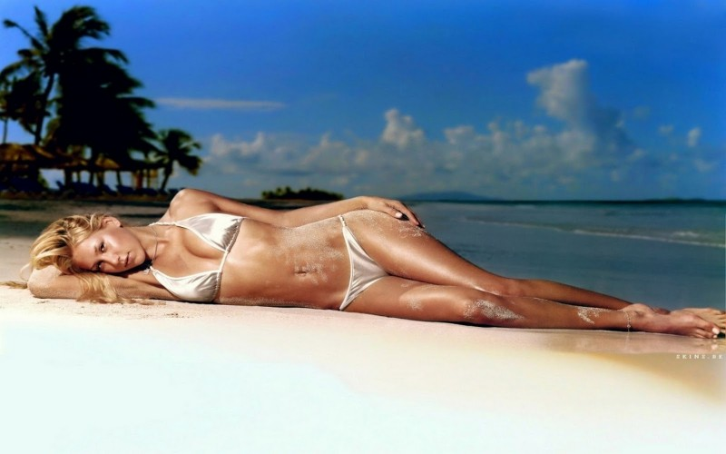 hot-tennis-player-Anna-Kournikova-in-bikini-posing-by-laying-on-beach