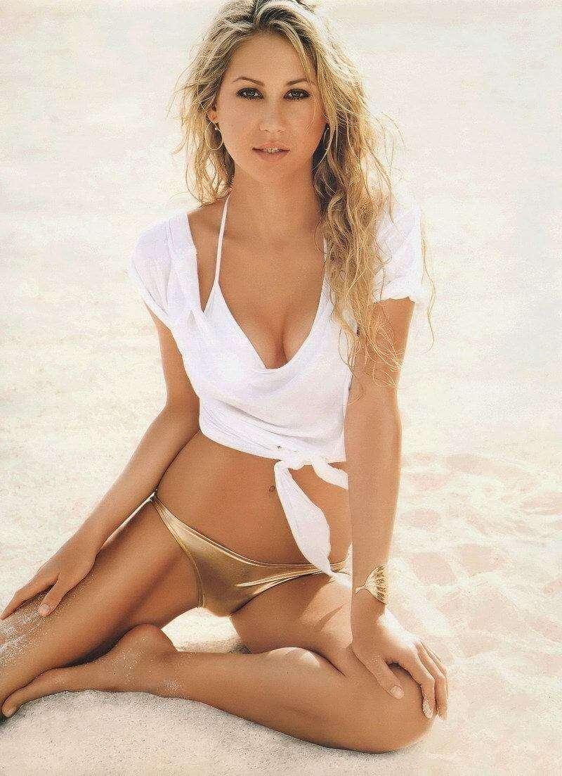 hot-tennis-player-Anna-Kournikova-posing-in-bikini-on-beach