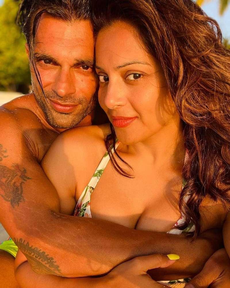 indian-actress-bipasha-basu-bikini-selfie-with-her-hubby-on-vacation