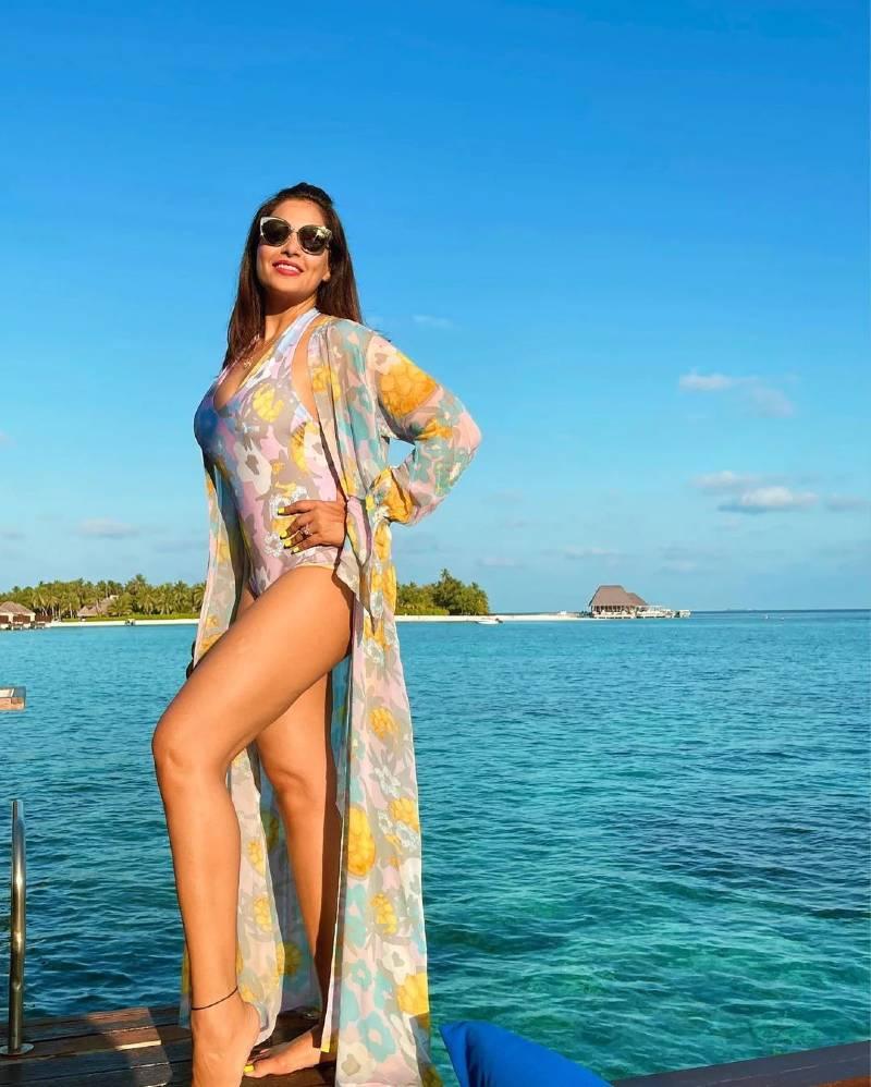 indian-actress-bipasha-basu-hot-curvy-body-shown-in-floral-bikini-on-beach