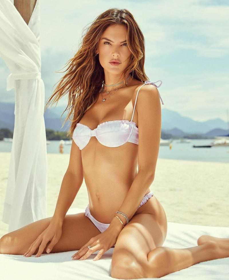 usa-brazilian-model-Alessandra-ambrosio-exposing-her-hot-body-in-bikini-on-beach