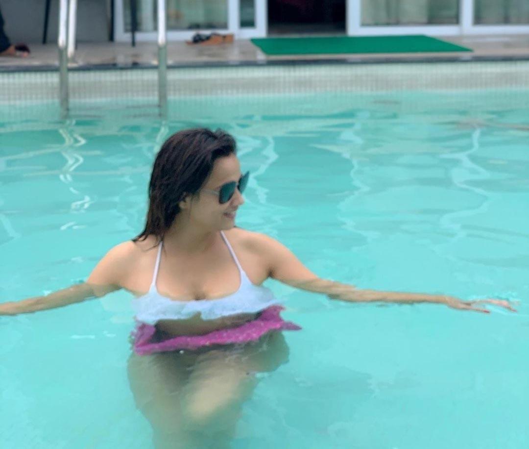 Shweta-tiwari-bikini-pics-enjoying-in-bikini-in-pool