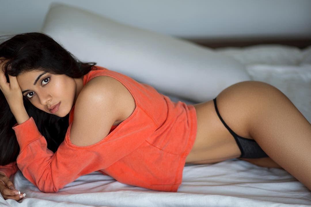 actress-nikki-tamboli-ass-butt-show-in-bikini-bottom