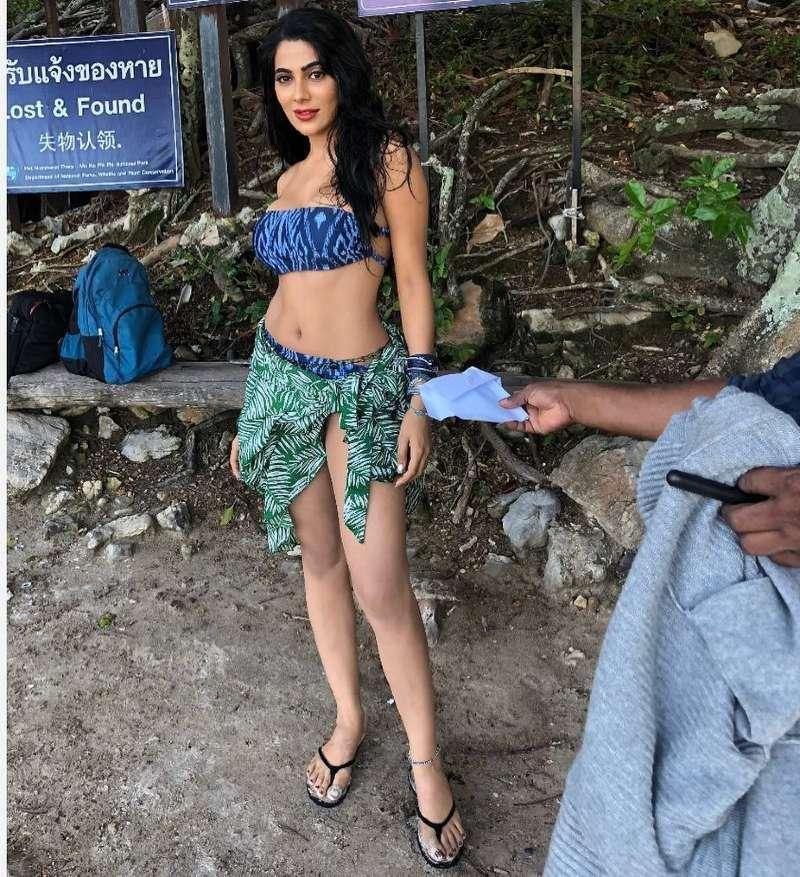 indian-actress-Nikki-Tamboli-posing-in-bikini-to-show-her-hot-body