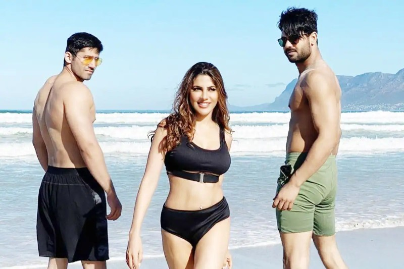 khatron-ke-khiladi-contestent-nikki-tamboli-in-bikini-on-beach-with-vishal