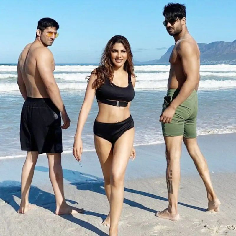 khatron-ke-khiladi-nikki-tamboli-bikini-pose-with-varun-and-vishal