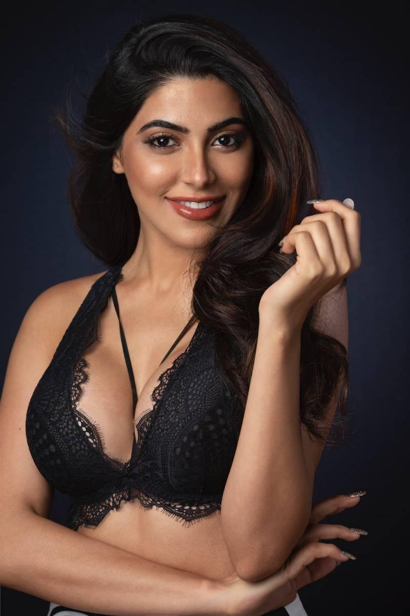 nikki-tamboli-bikini-bra-photos-showing-her-side-boobs