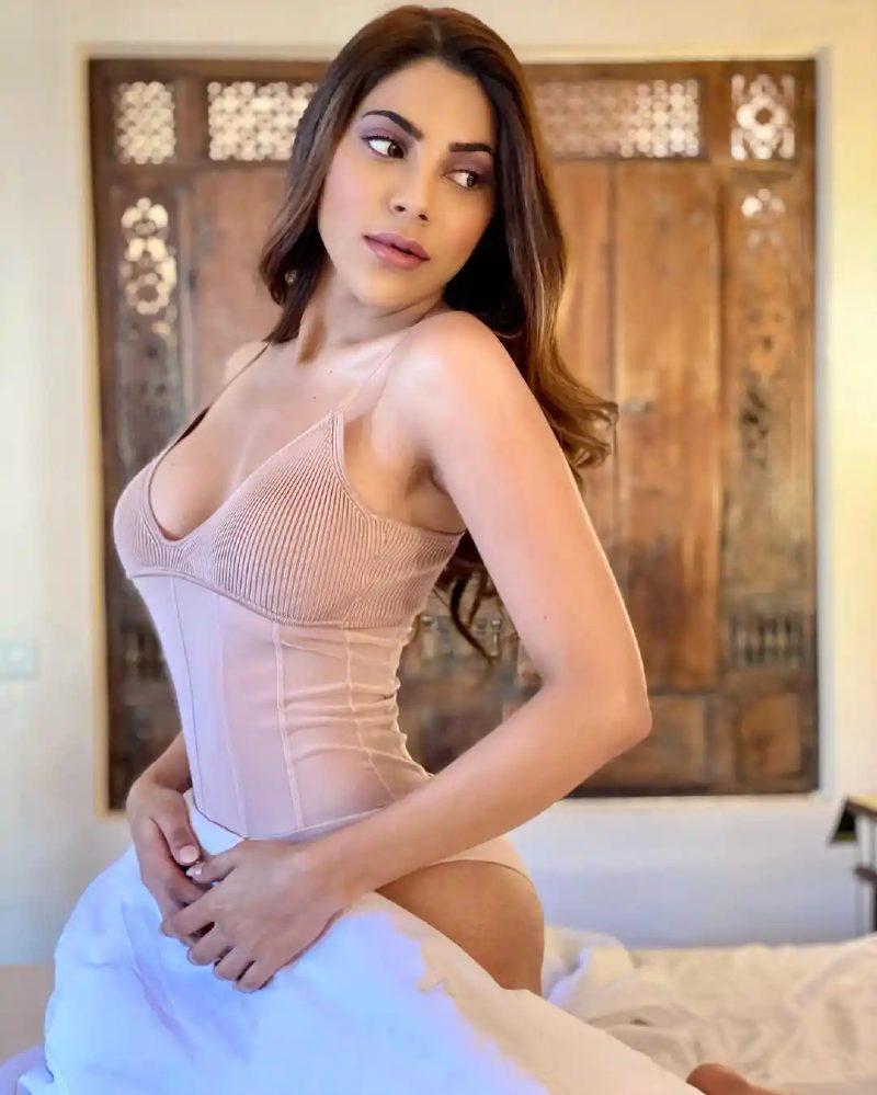 nikki-tamboli-bikini-pose-on-bed-showing-her-hot-body