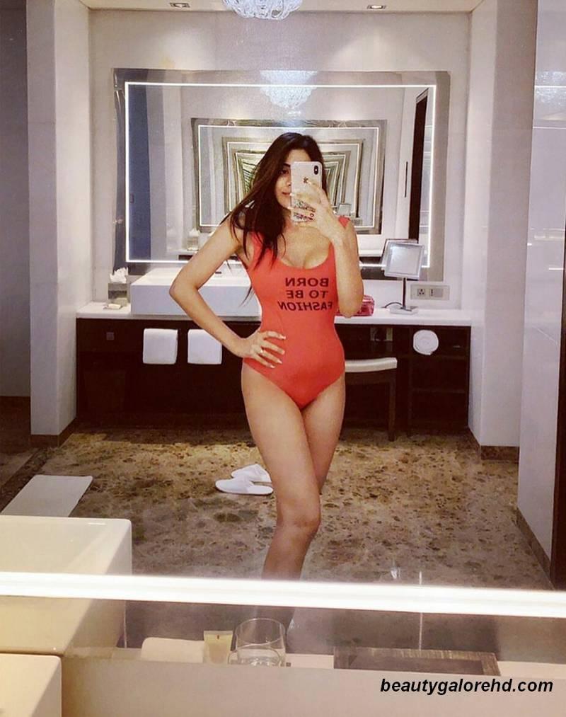 nikki-tamboli-hot-spicy-images-in-bikini-taking-her-selfie